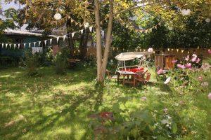 Hörraum: Der Garten unserer Sommerresidenz im Hostel & Garten Eden