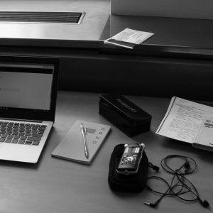 Hörspielprogramm: Ausstattung der Autorin in Brno: Laptop, Block, Stift, Aufnahmegerät