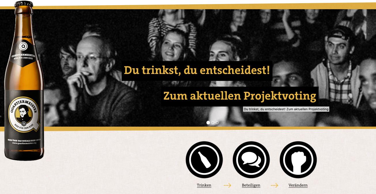 """Bierflasche von Quartiermeister, Text: """"Du trinkst, du entscheidest, zum aktuellen Projektvoting"""""""