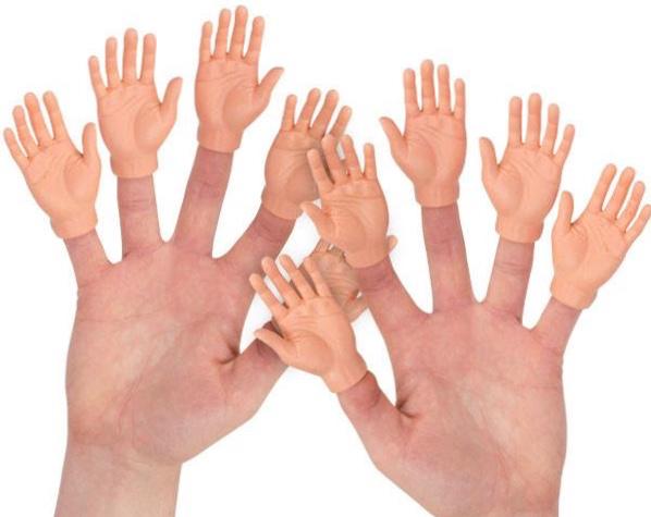 große Hände mit kleinen Händen auf den Fingern